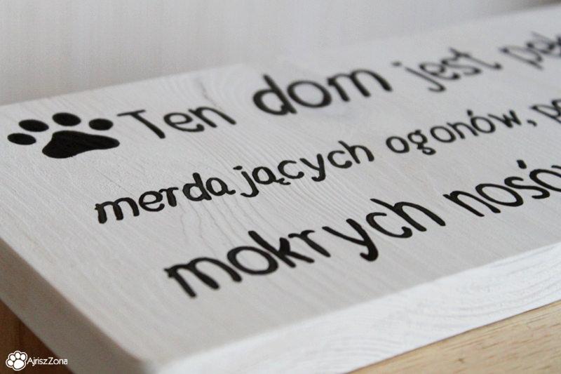 Drewniane tabliczki z psimi napisami